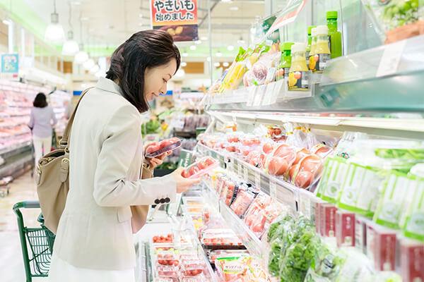 スーパーで女性が買い物してる写真