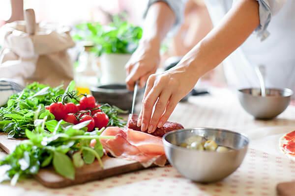 食品をまな板で調理している写真