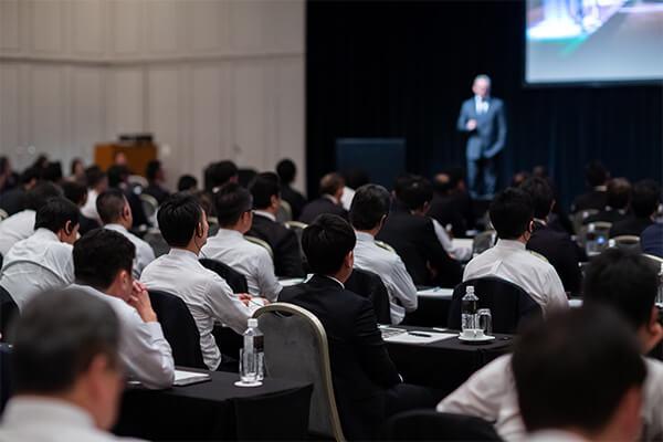 企業の講演会の様子を写した写真